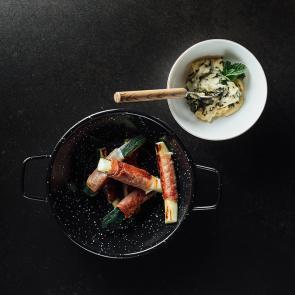 Zucchiniwürfel mit cremigen Hummus